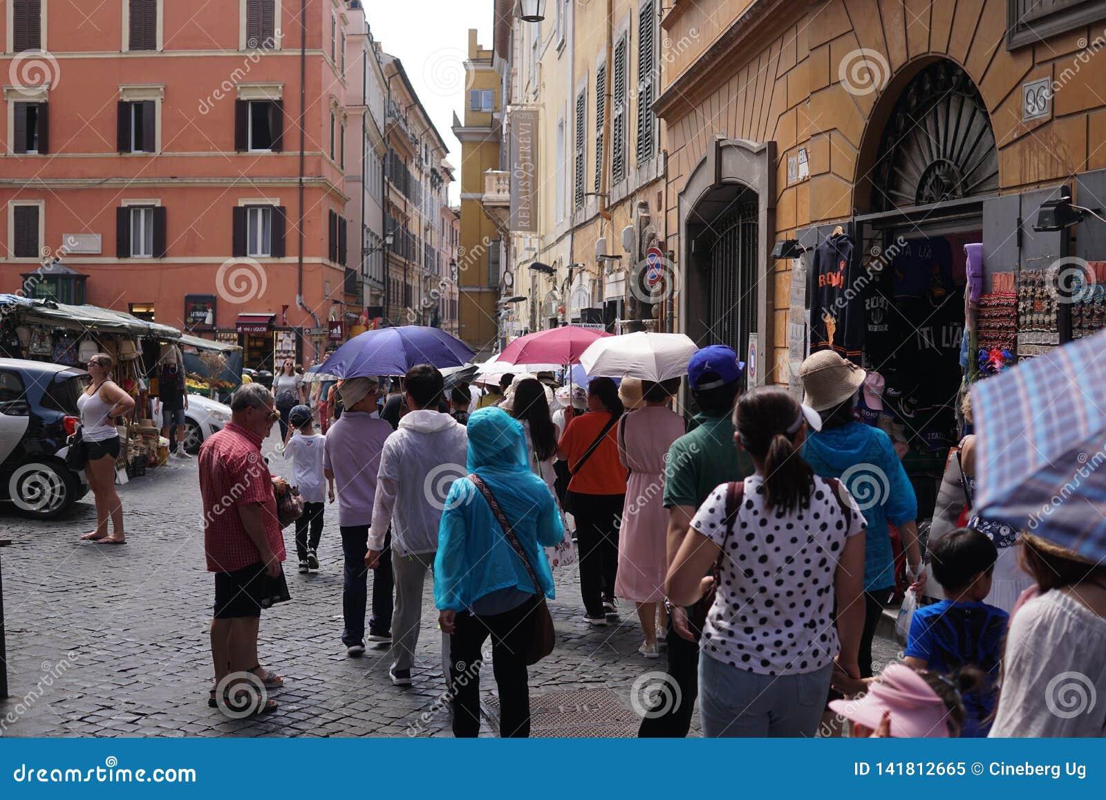 步行游览在罗马