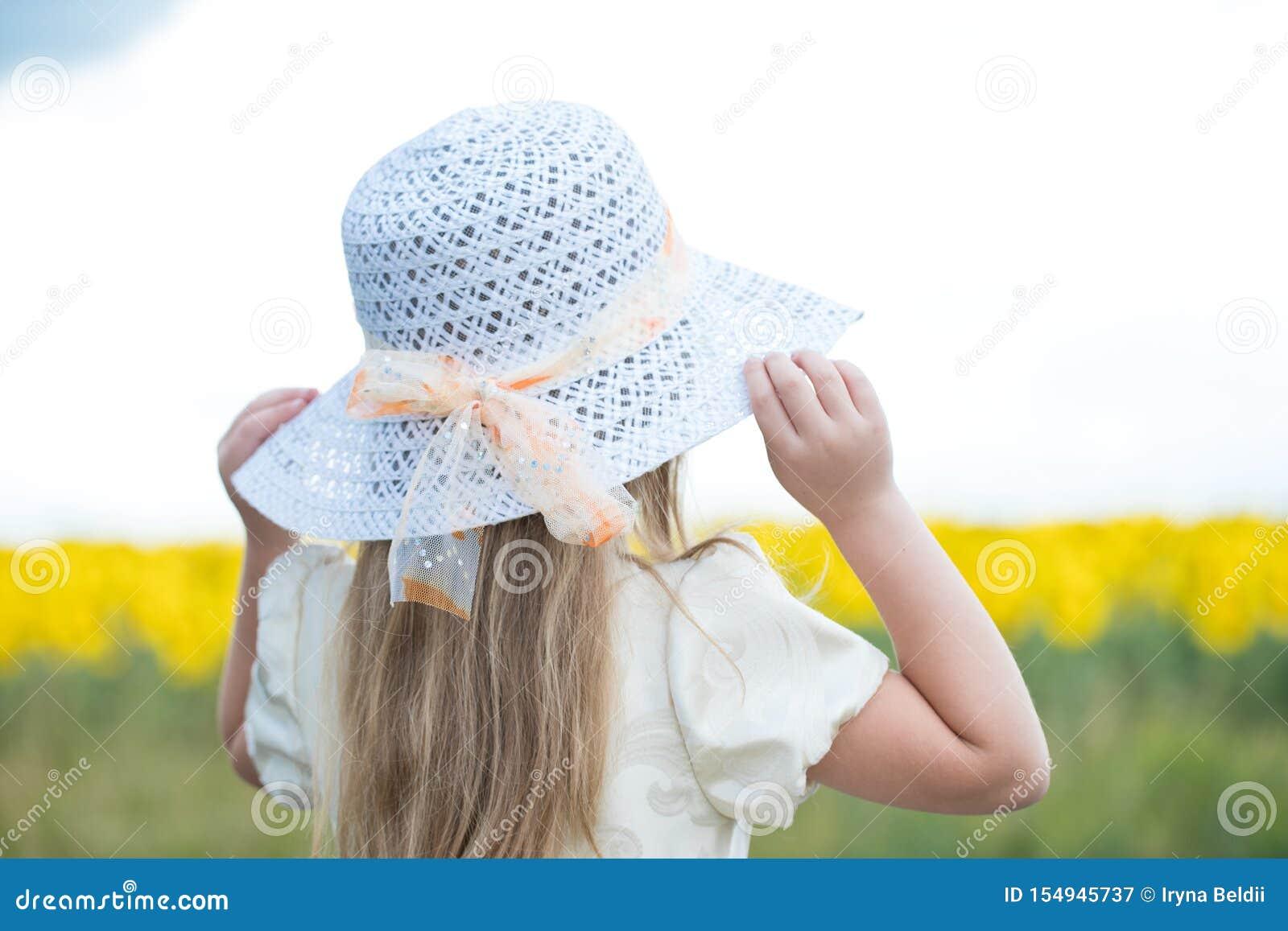 步行的婴孩在与花的一个领域