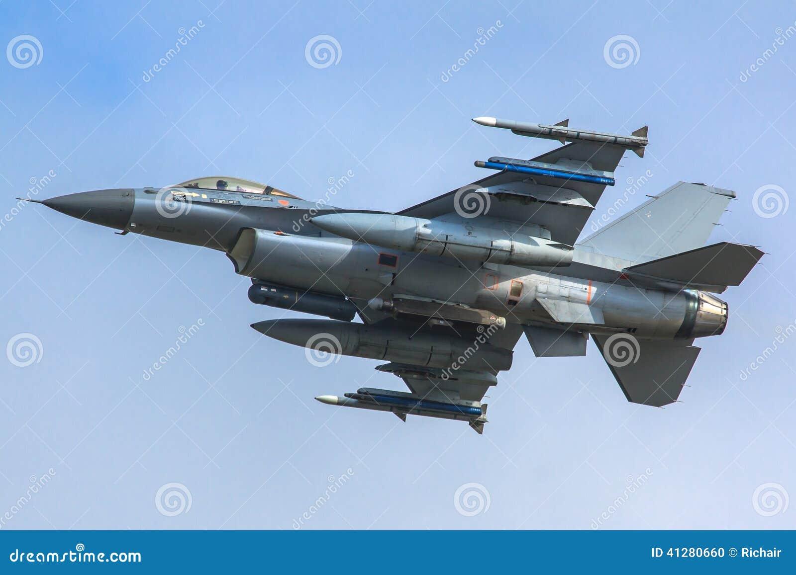 武装的F-16战斗机