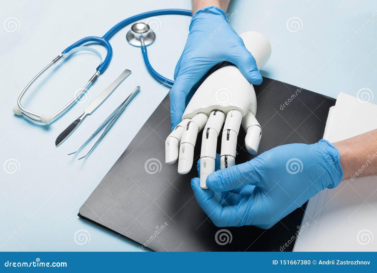 残疾的机械义肢胳膊 与医生的咨询