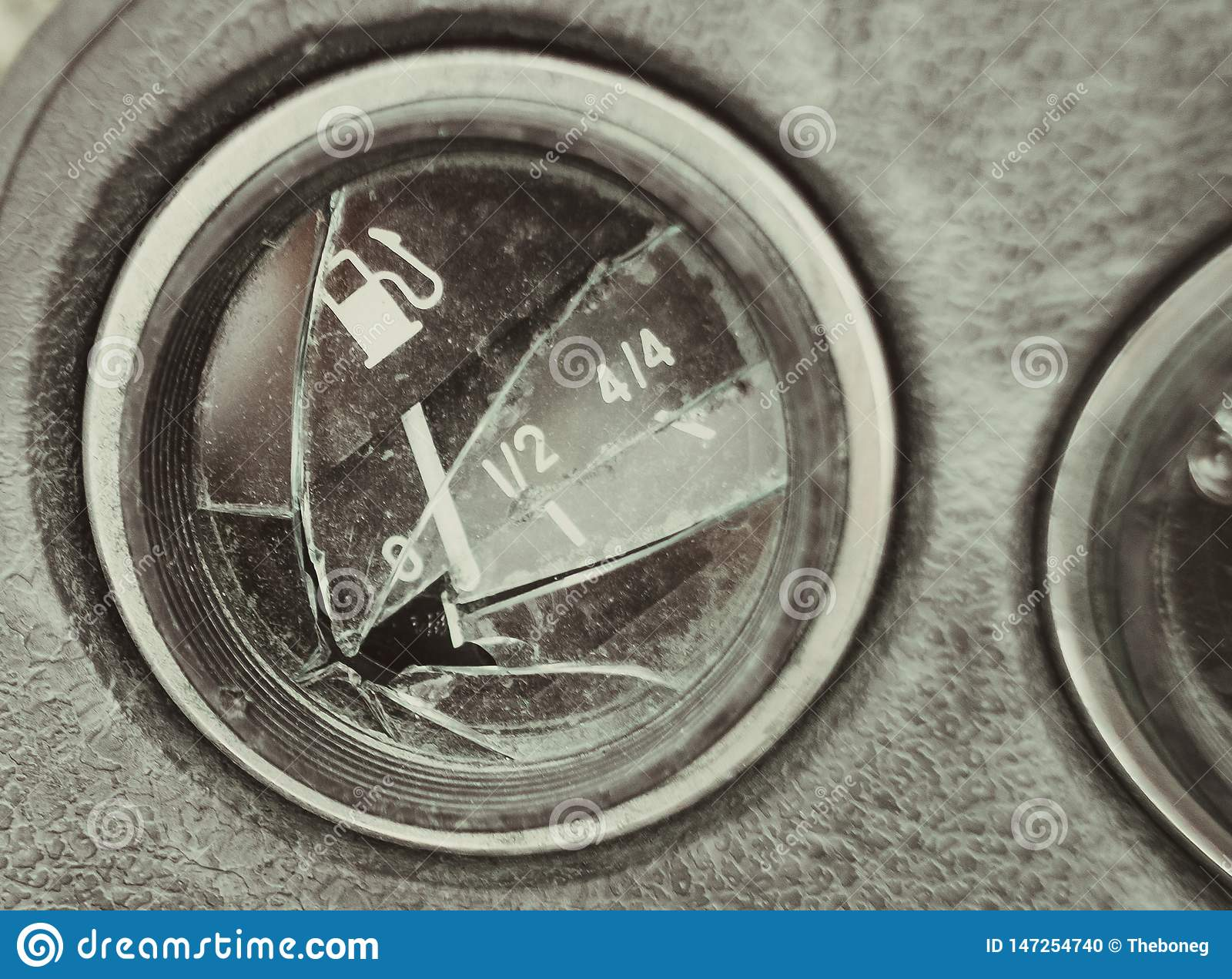 残破的汽车盘区,汽油表的尖在零的