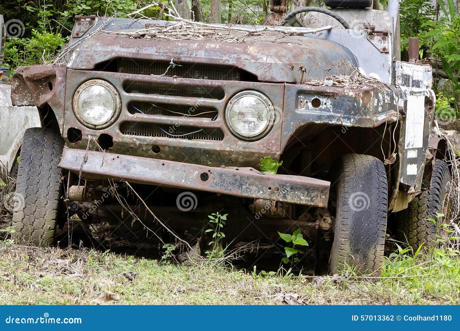 残破和生锈的汽车