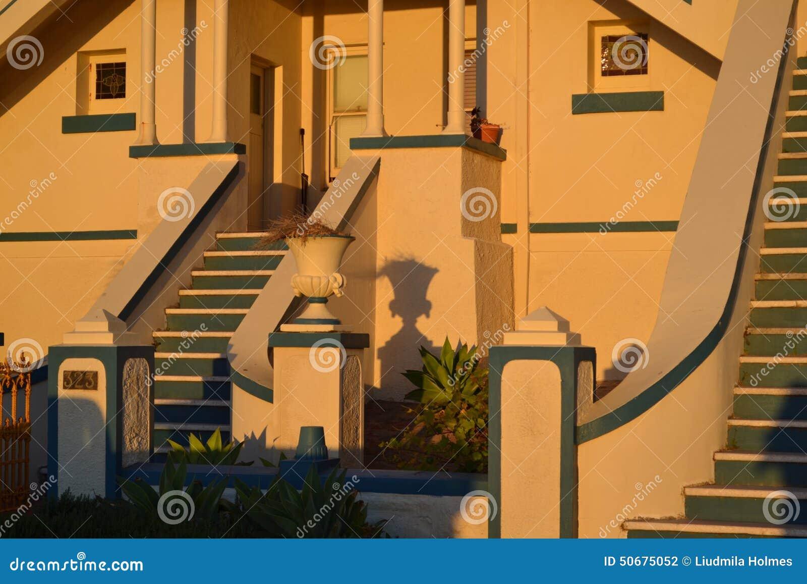Download 殖民地在日落光的房子前沿 库存照片. 图片 包括有 中间, 未编辑, 台阶, 殖民地, 前面, 房子, 豪宅 - 50675052