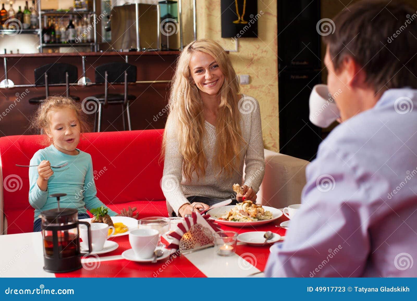 母亲、父亲和儿童吃