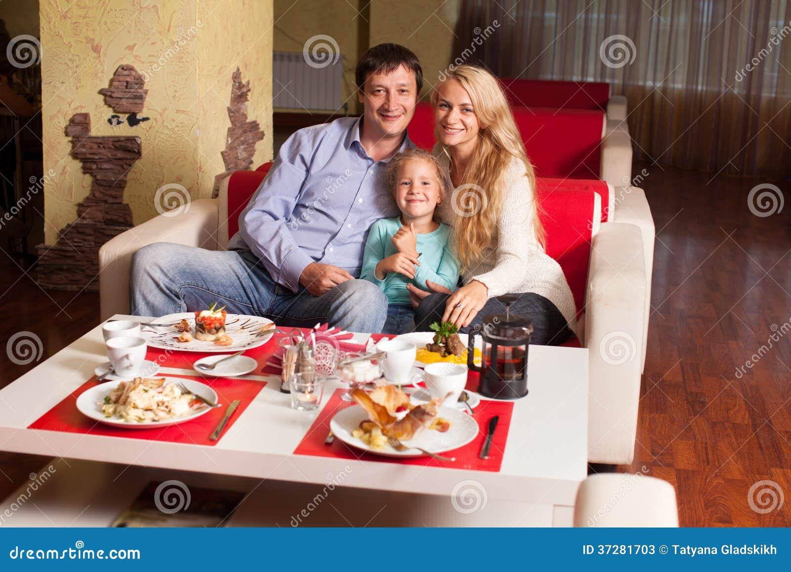 母亲、父亲和孩子咖啡馆的