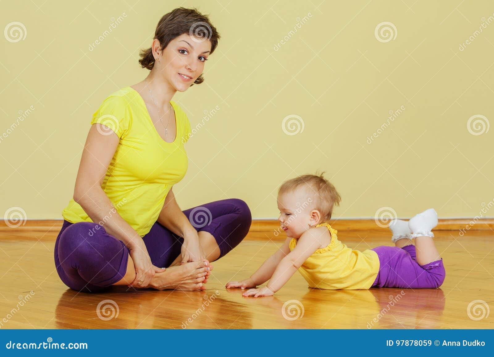 母亲做与她的女儿的体育运动