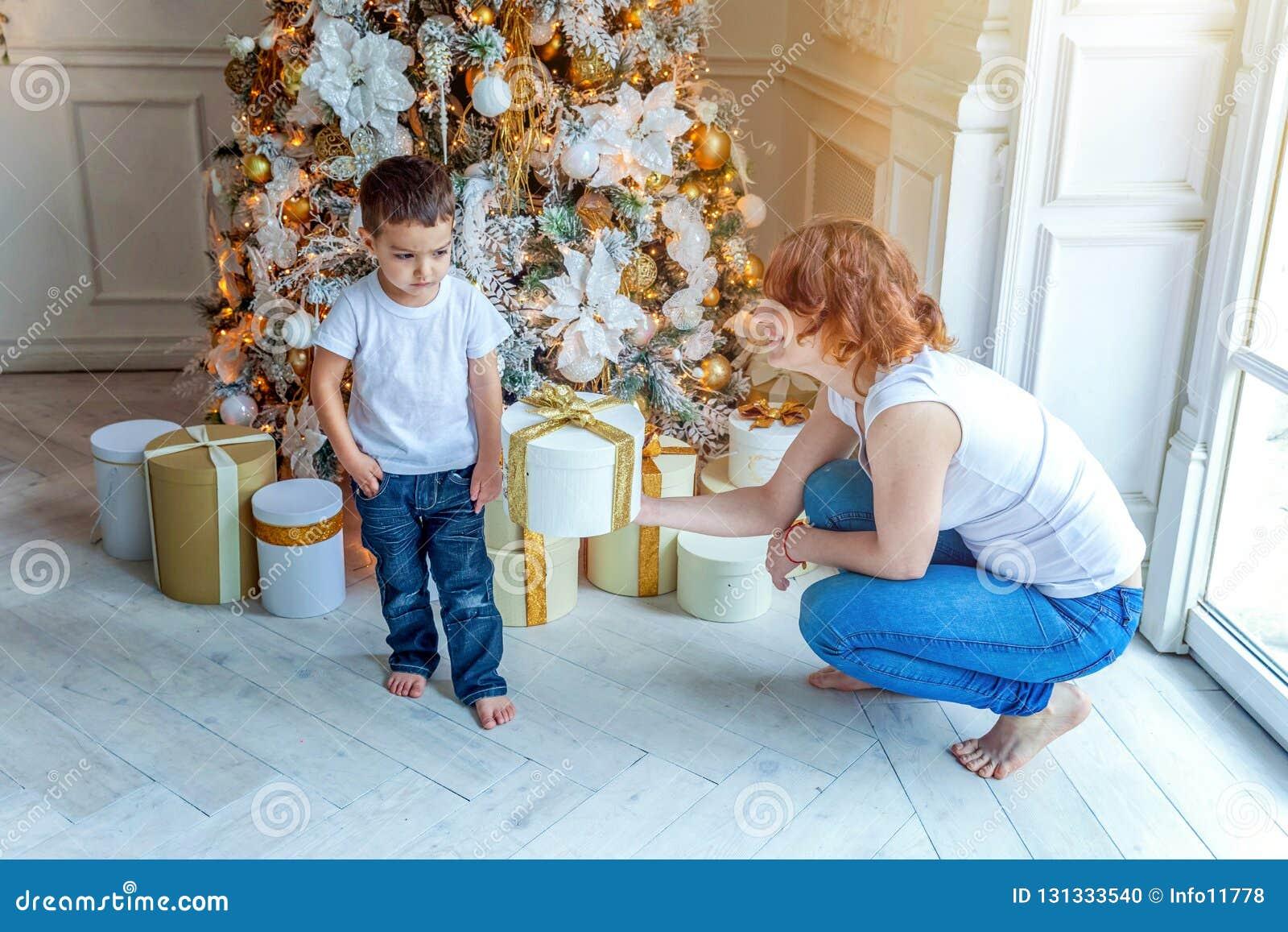母亲和儿子在圣诞树附近在家