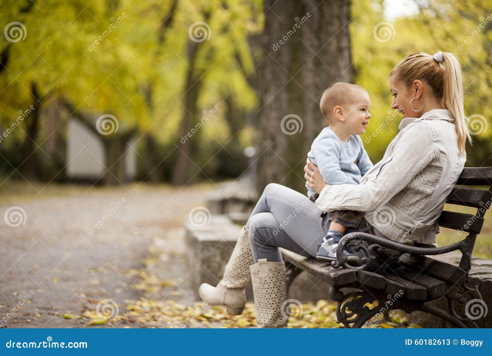 母亲和儿子在秋天森林里