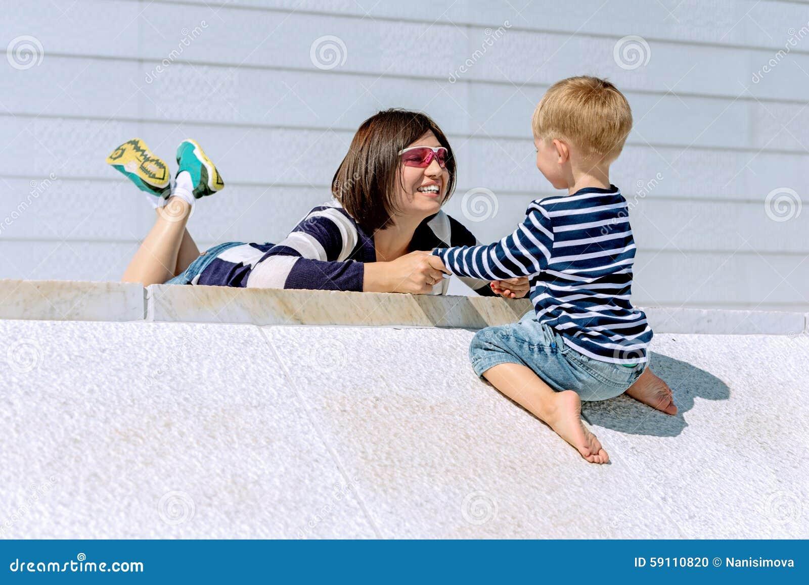 母亲和儿子室外使用的可爱的画象