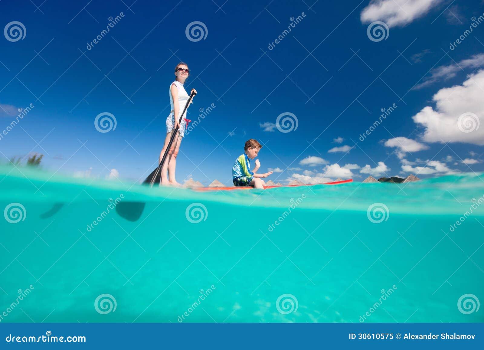 母亲和儿子用浆划