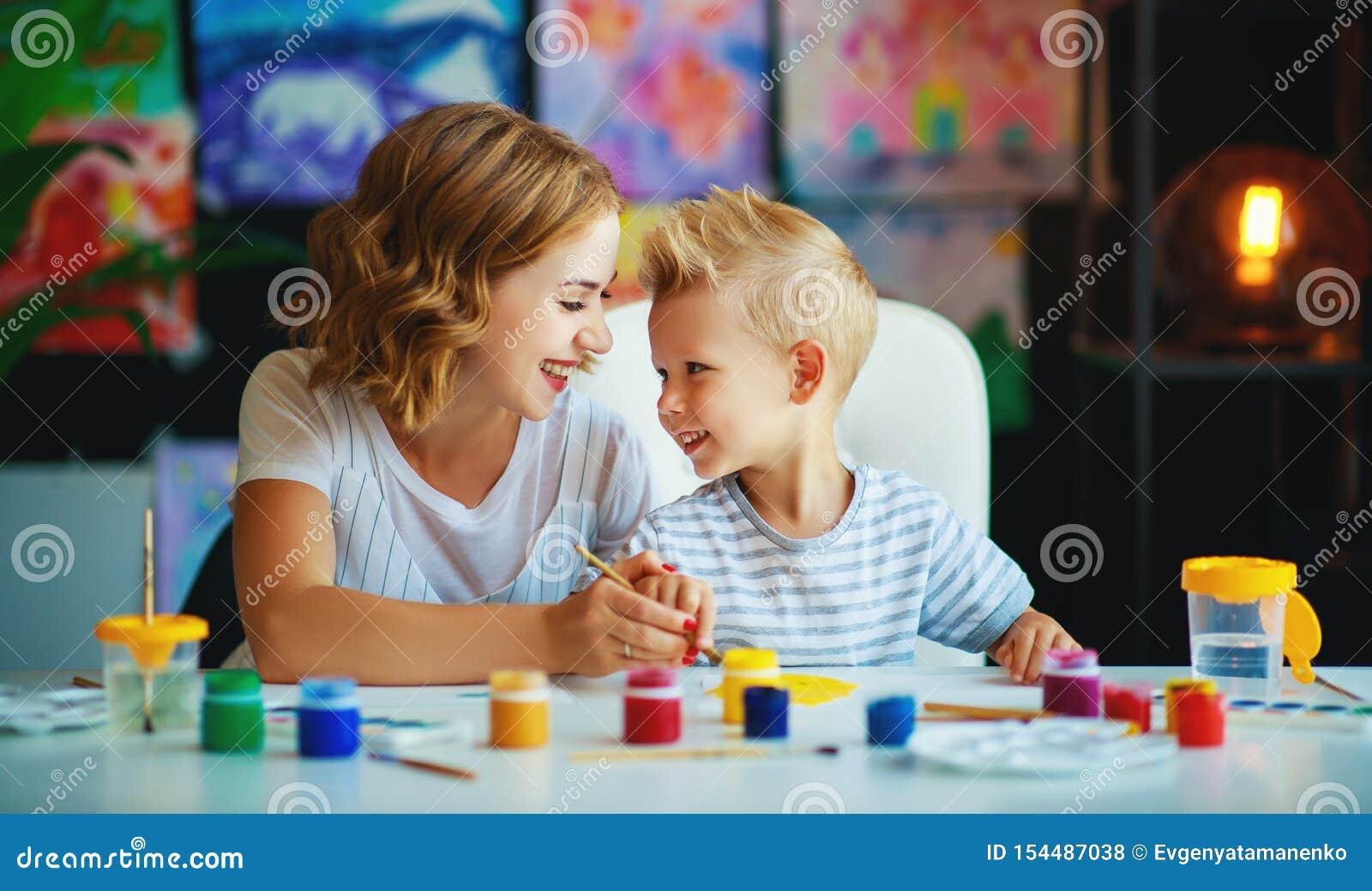 母亲和儿童儿子绘画在创造性画在幼儿园