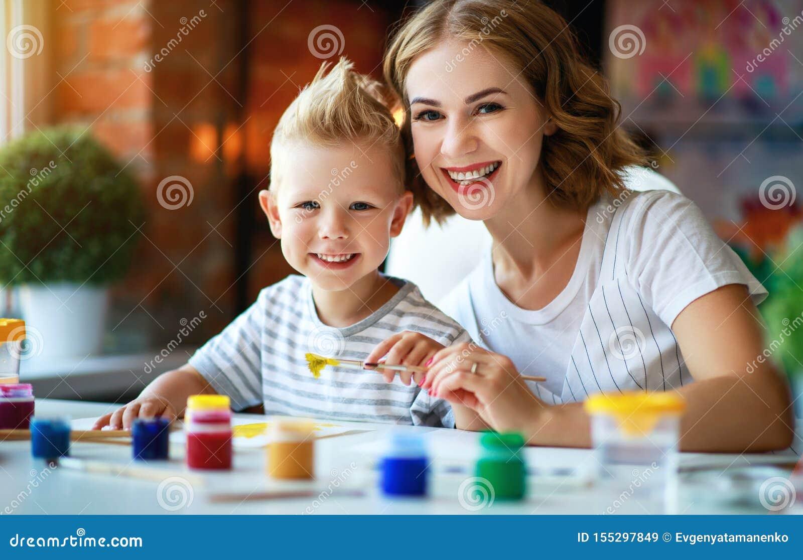 母亲和儿童儿子绘画在创造性画在幼儿园 母亲和儿童儿子绘画画参与创造性