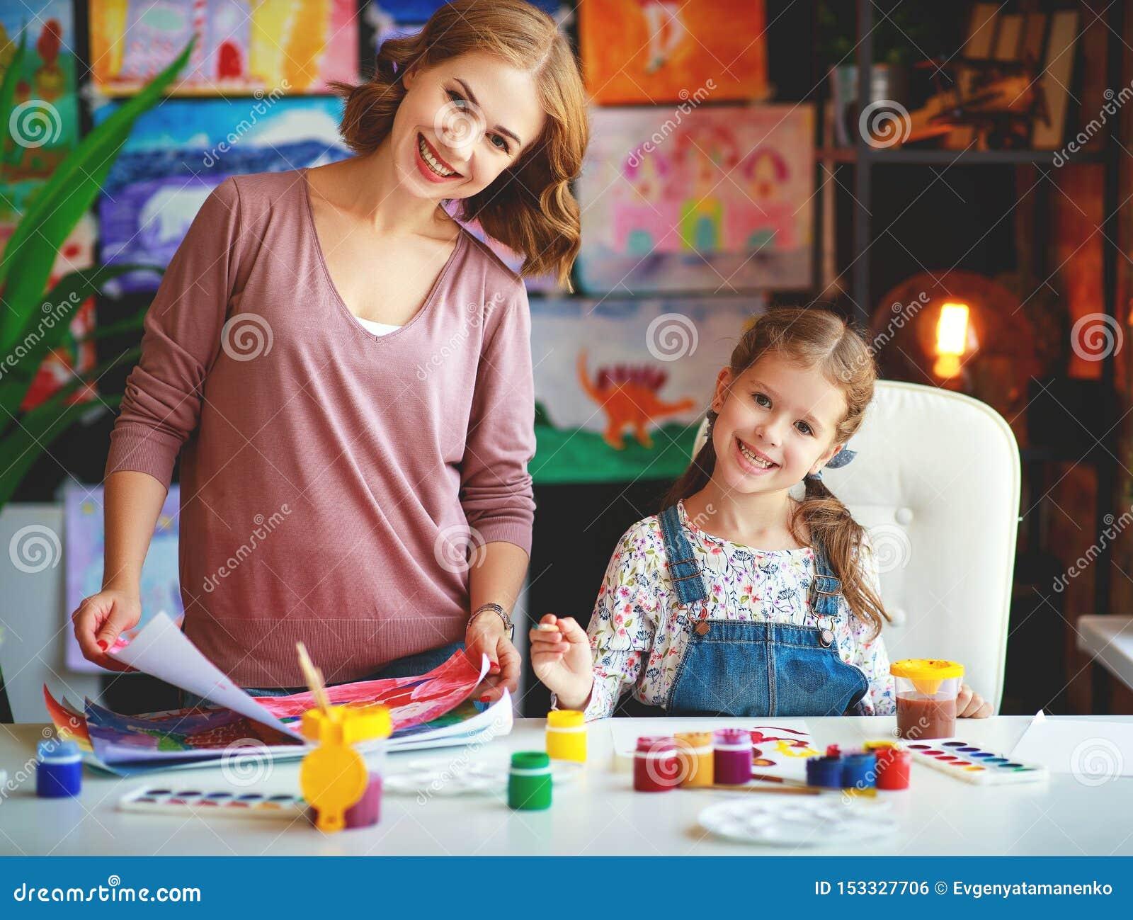 母亲和儿童女儿绘画在创造性画在幼儿园