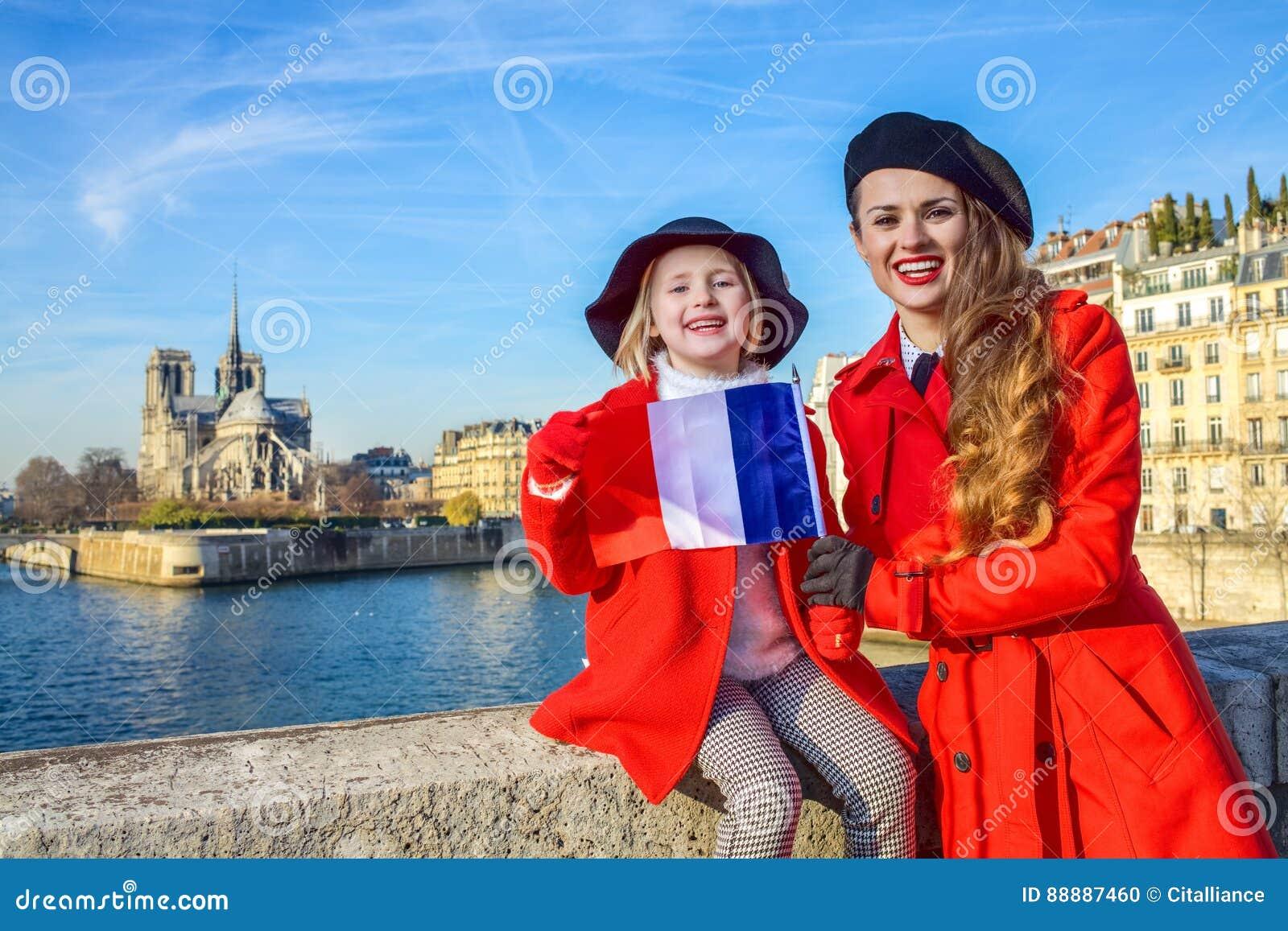 母亲和儿童游人画象在有法国旗子的巴黎
