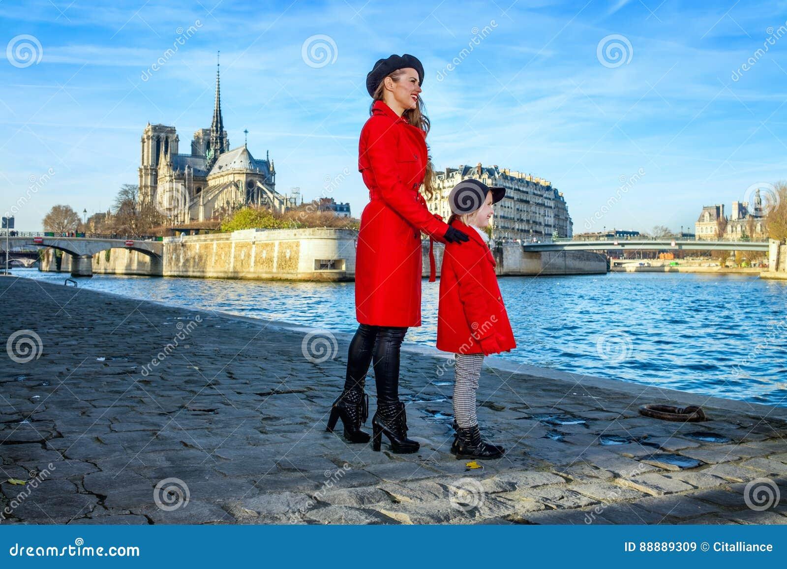 母亲和女儿旅行家在调查距离的巴黎