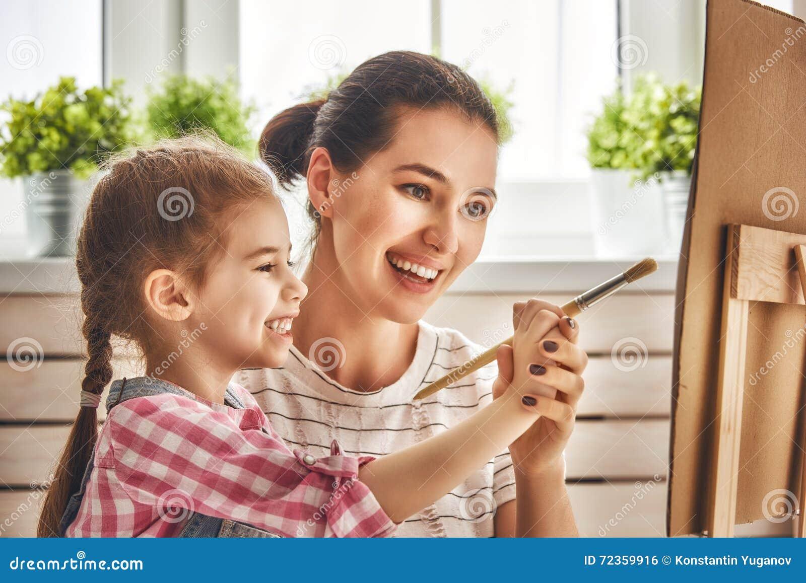 母亲和女儿油漆