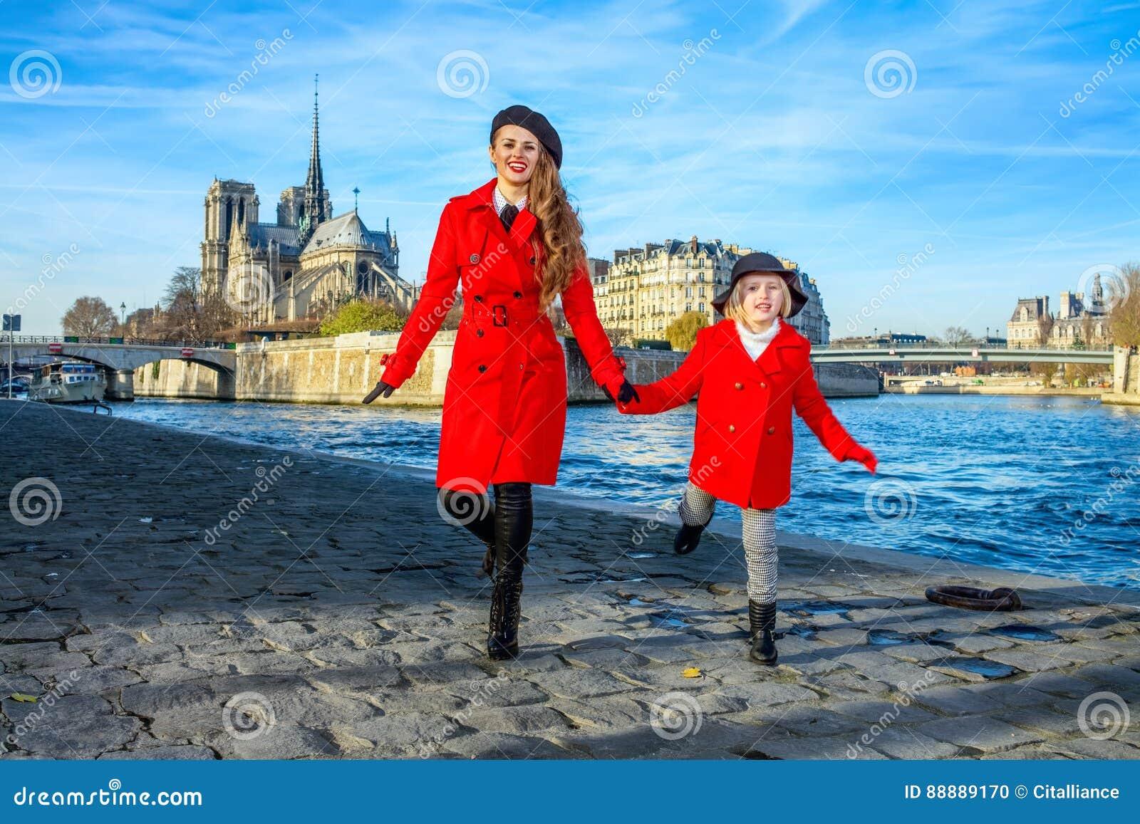 母亲和女儿游人在有的巴黎乐趣时间