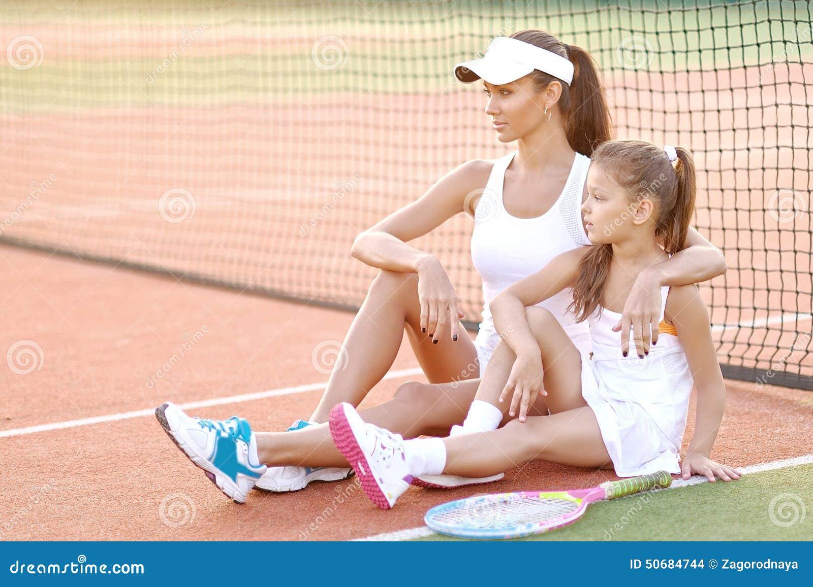 Download 母亲和女儿纵向 库存照片. 图片 包括有 女儿, 消遣, 体育运动, 现场, 户外, 网球, 领导, 培训人 - 50684744