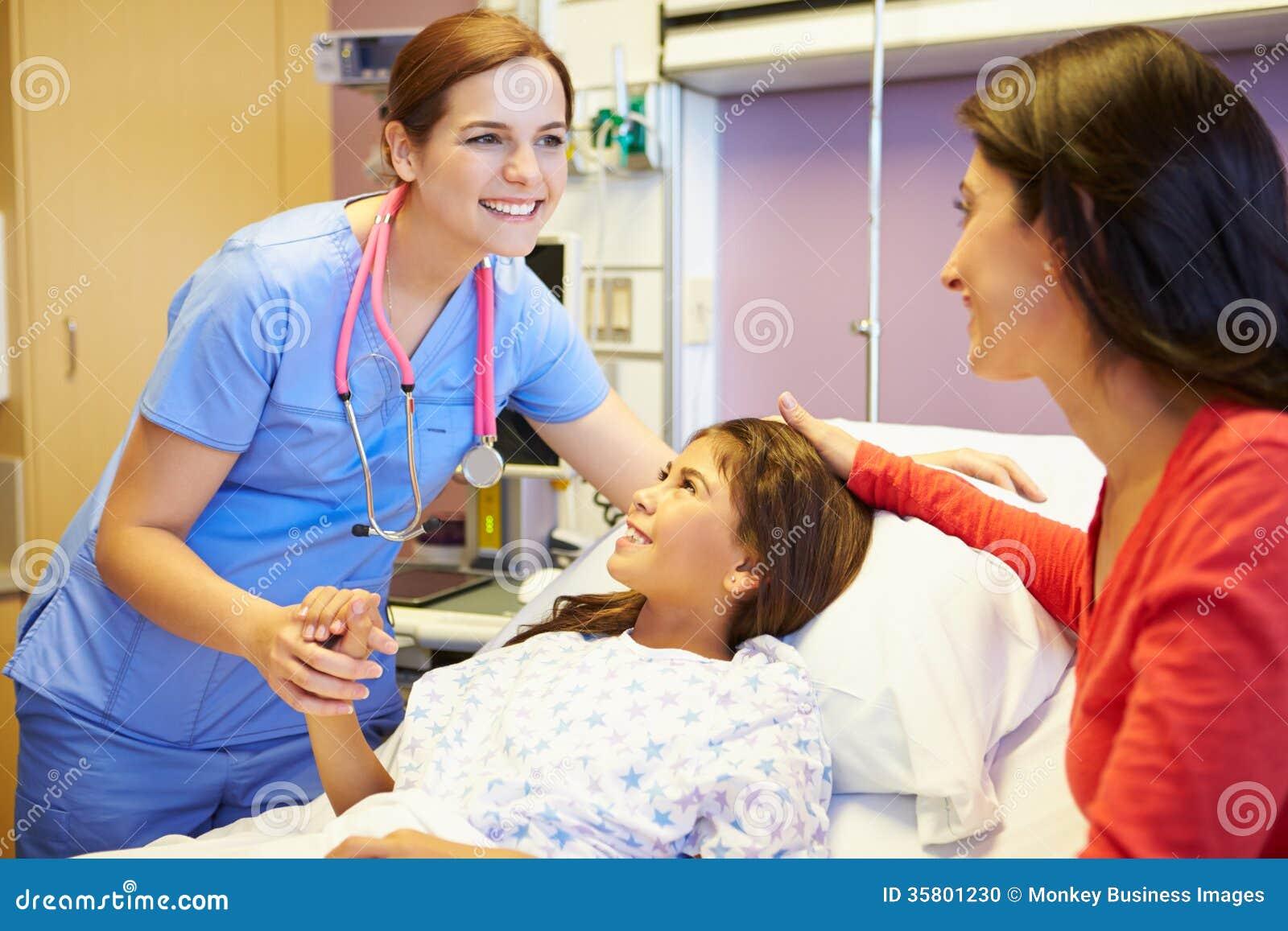 母亲和女儿谈话与女性护士在医房