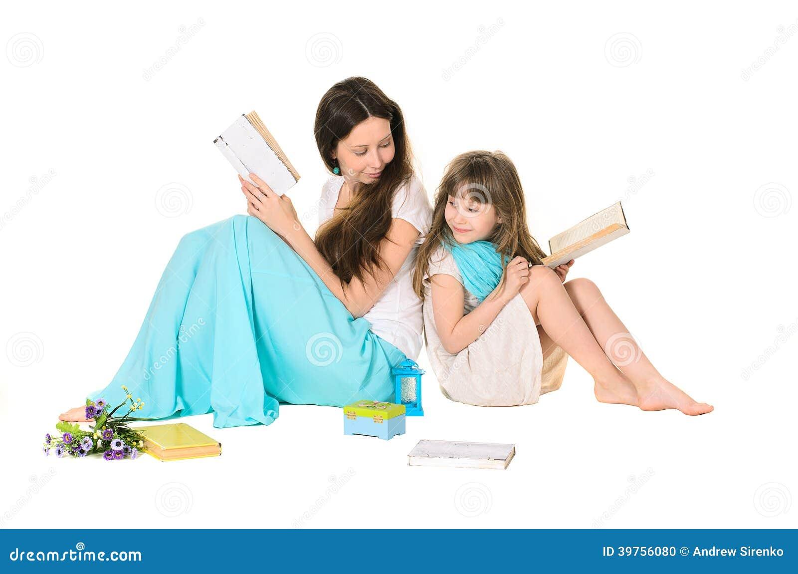 母亲和女儿阅读书