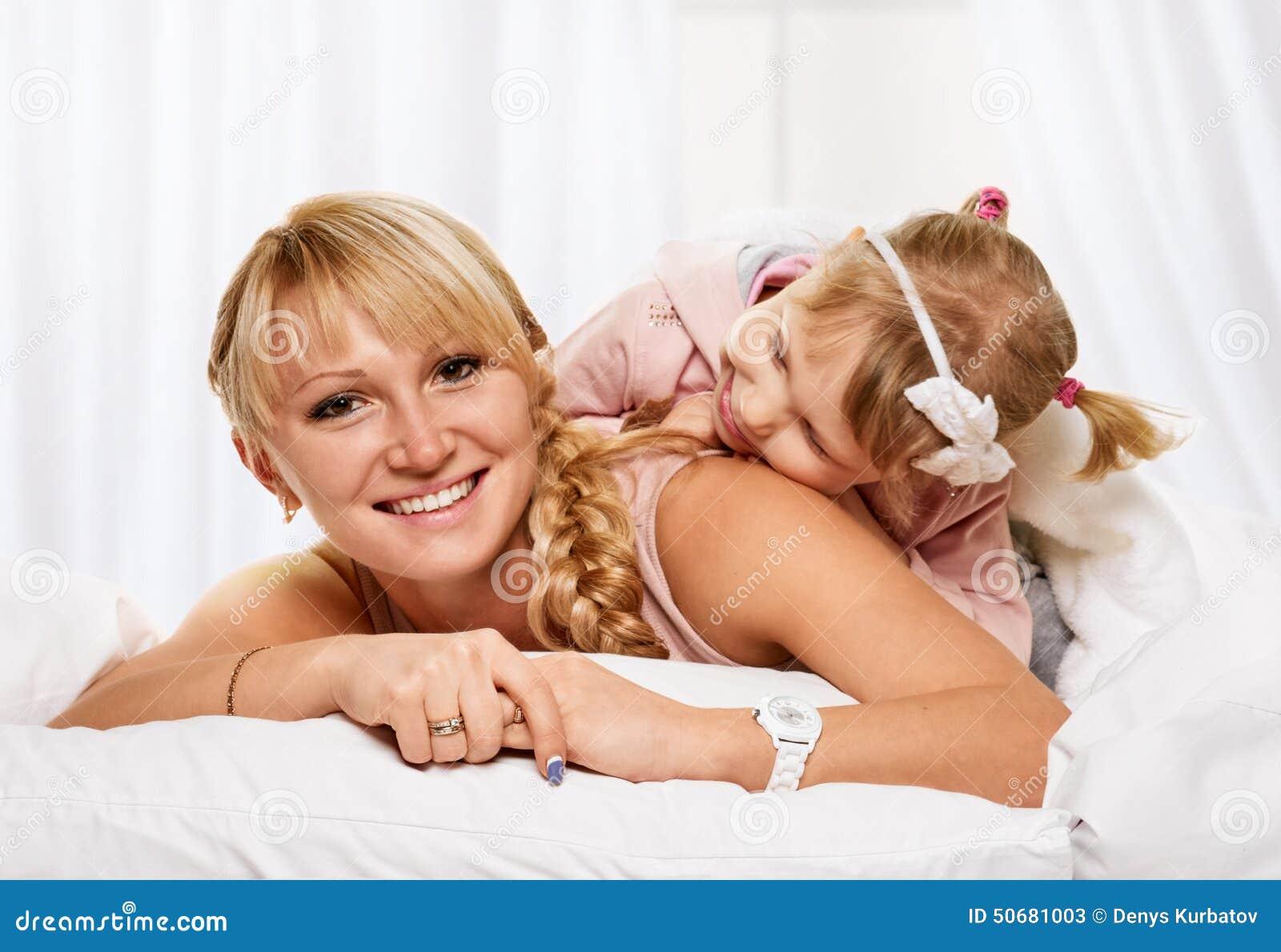 Download 母亲和女儿 库存图片. 图片 包括有 人们, 孩子, 女儿, 父项, 富感情的, 愉快, 白天, 子项, bedaub - 50681003