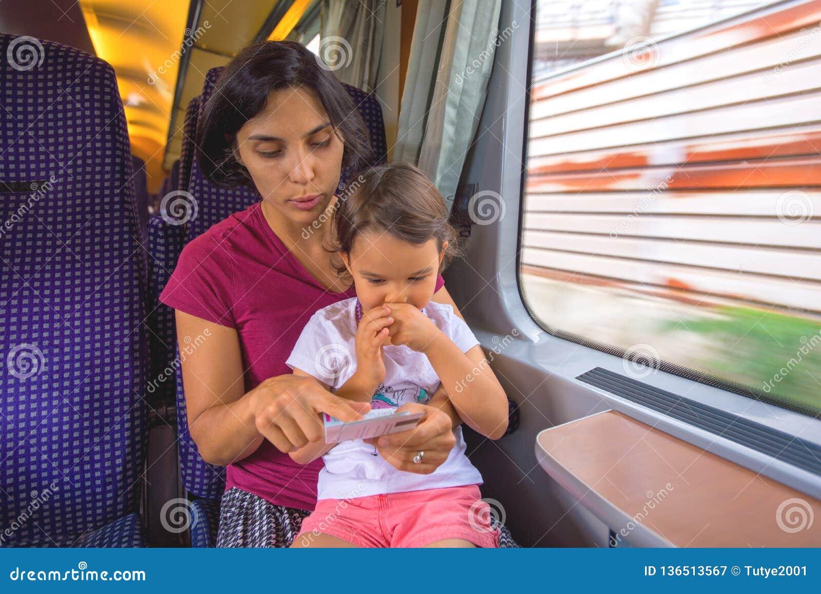 母亲和她的女儿享受火车旅行