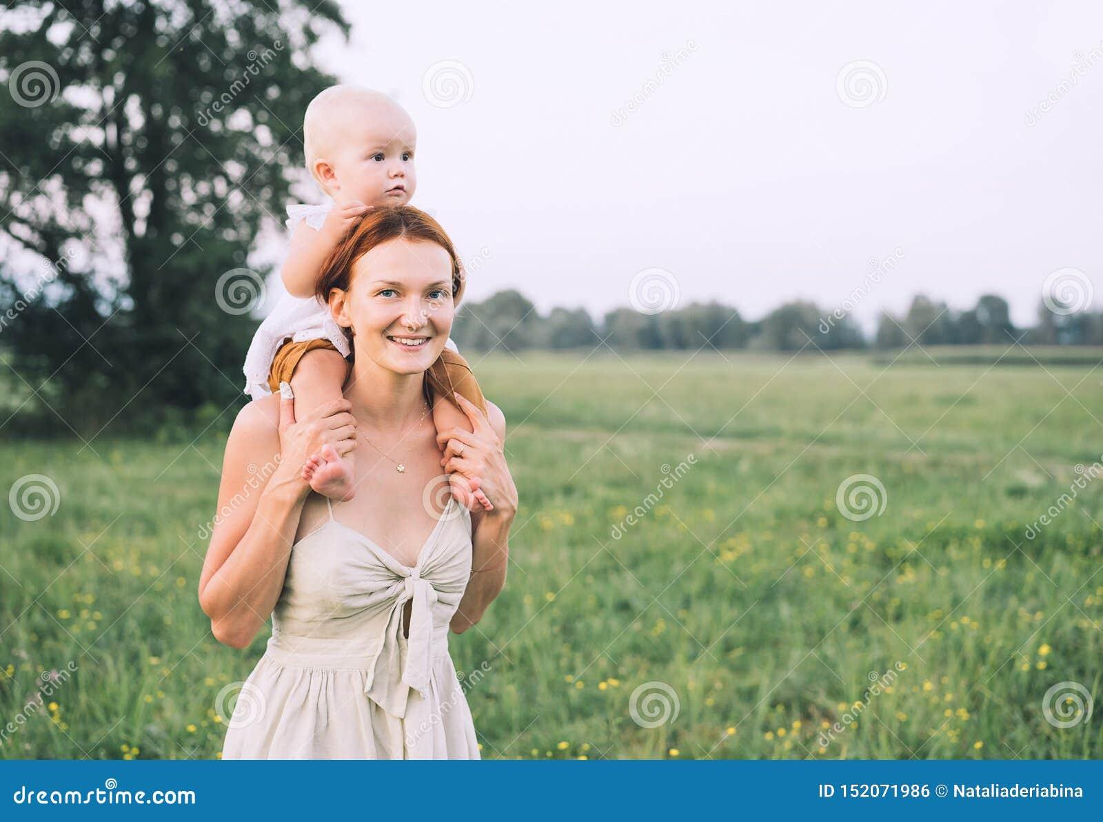 母亲和婴孩户外 在自然的家庭
