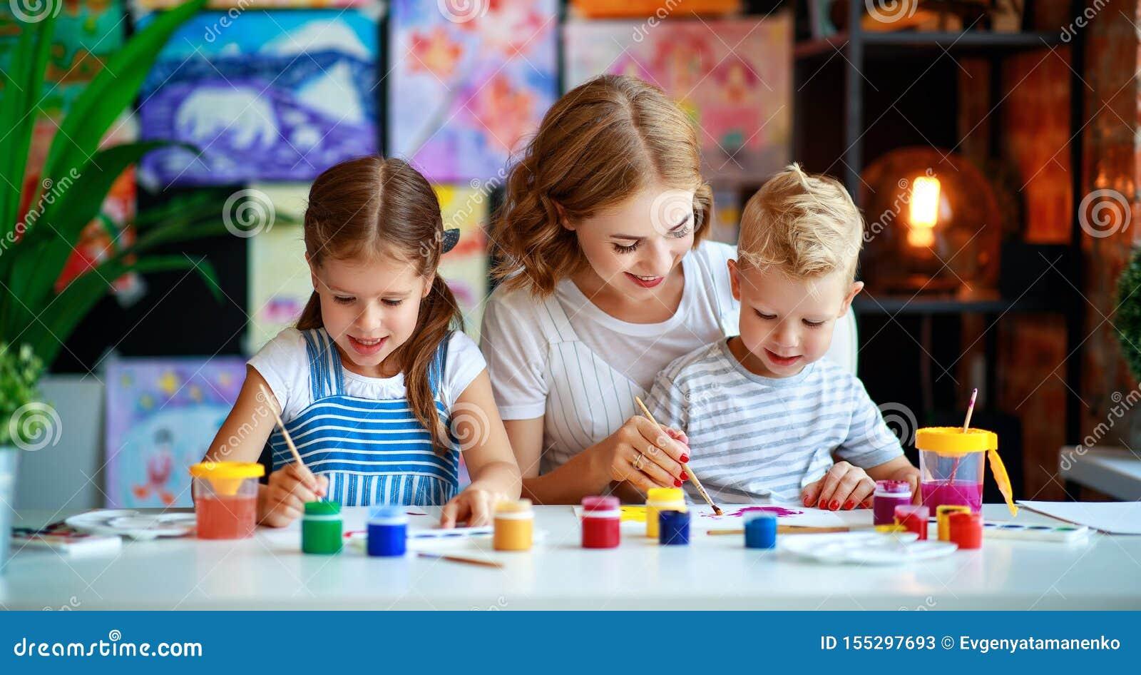 母亲和孩子儿子和女儿绘画在创造性画在幼儿园