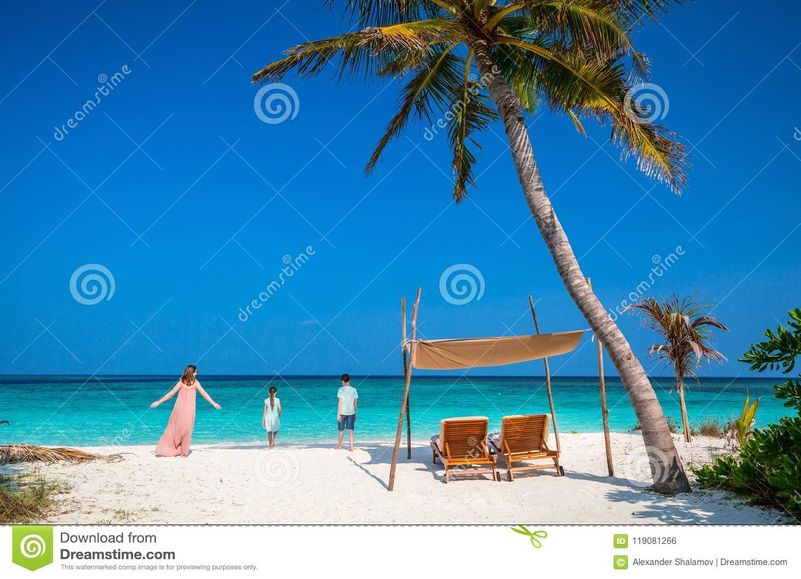 母亲和孩子在热带海滩