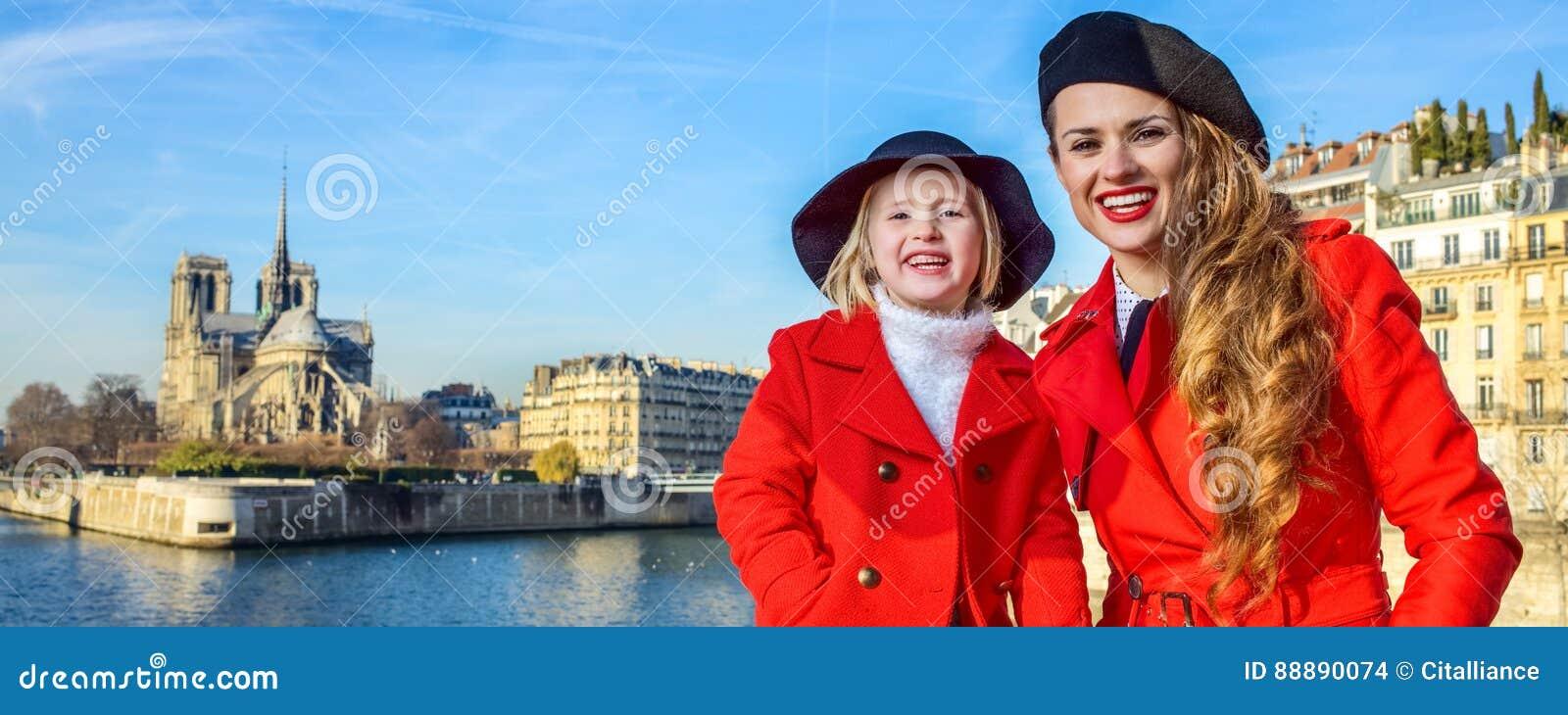 母亲和孩子堤防的在巴黎圣母院附近