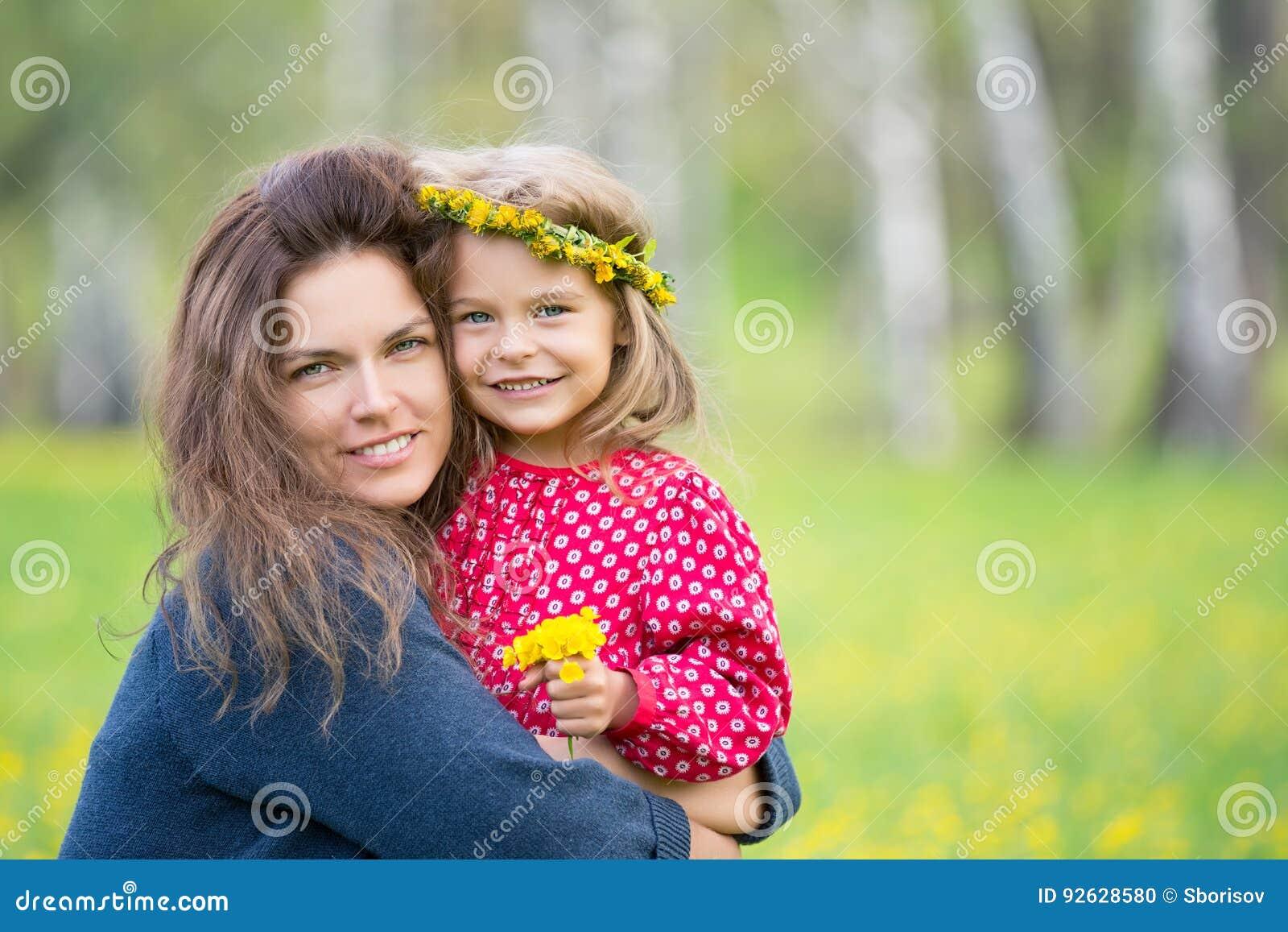 母亲和小女儿在春天公园