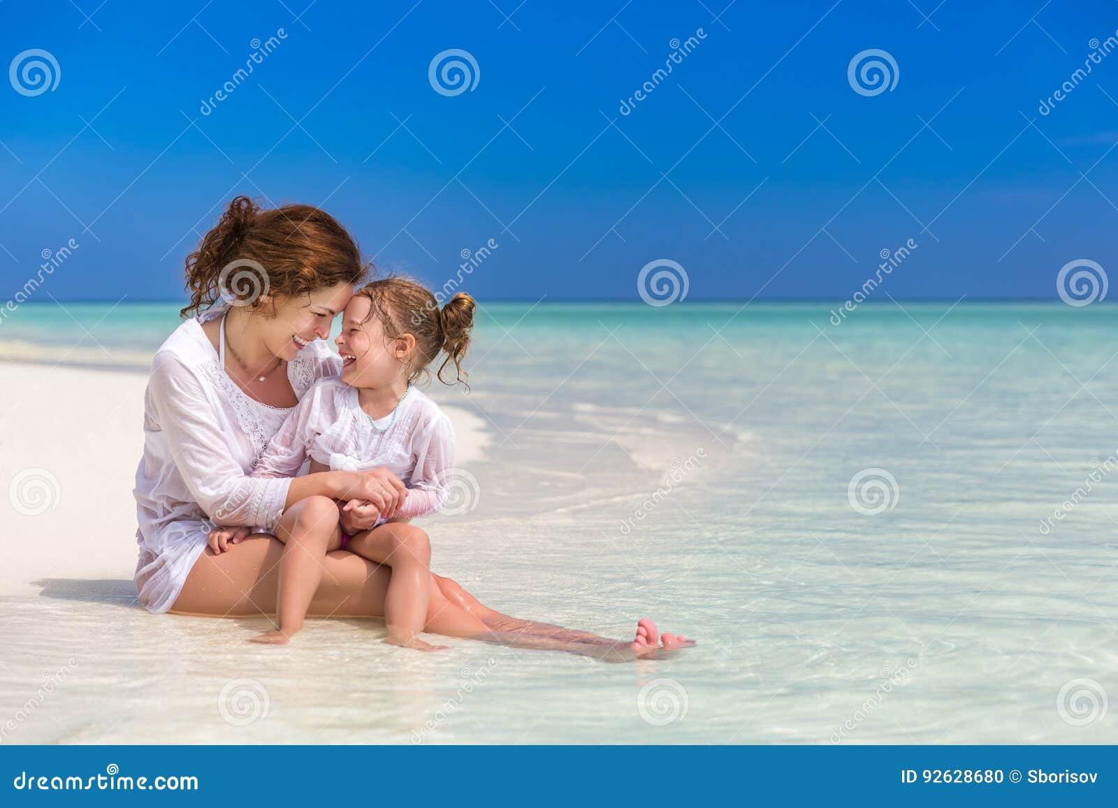 母亲和小女儿海滩的