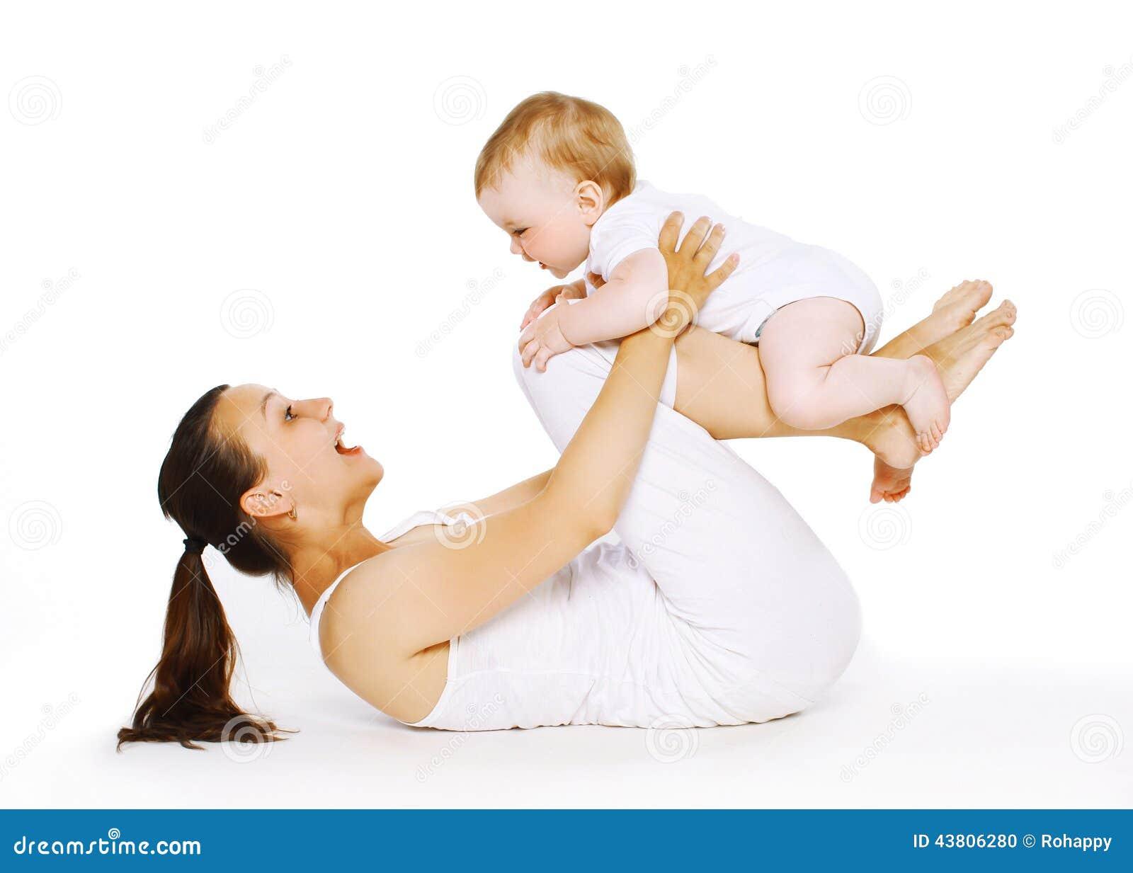 母亲和婴孩做着锻炼,体操,健身