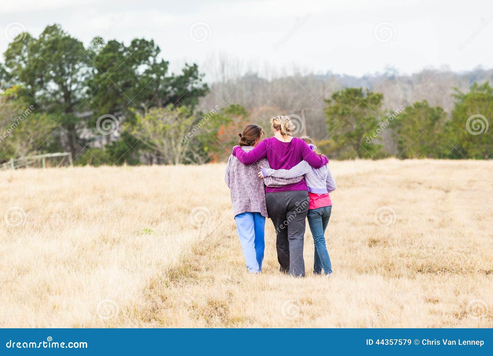 母亲女儿走的自然公园