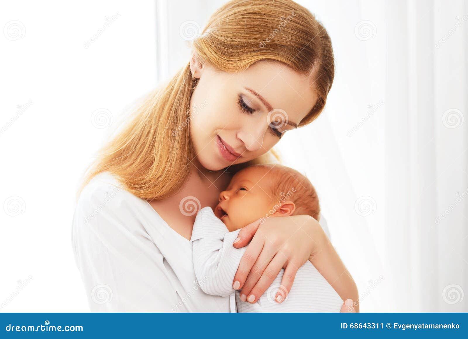 母亲嫩容忍的新出生的婴孩