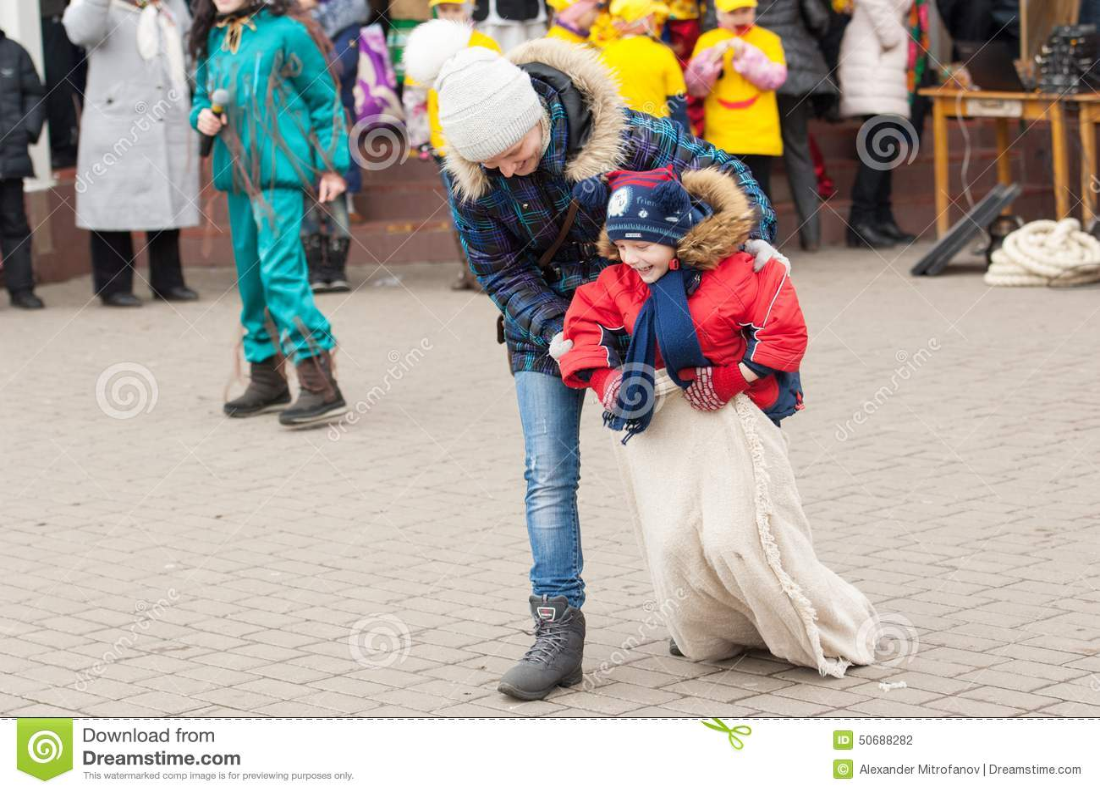 Download 母亲帮助奔跑 图库摄影片. 图片 包括有 比赛, 帮助, 诱饵, 节假日, 愉快, 服装, 招待, 种族 - 50688282