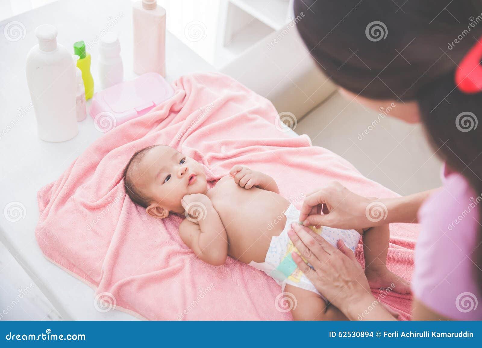母亲投入了婴孩尿布给她新出生