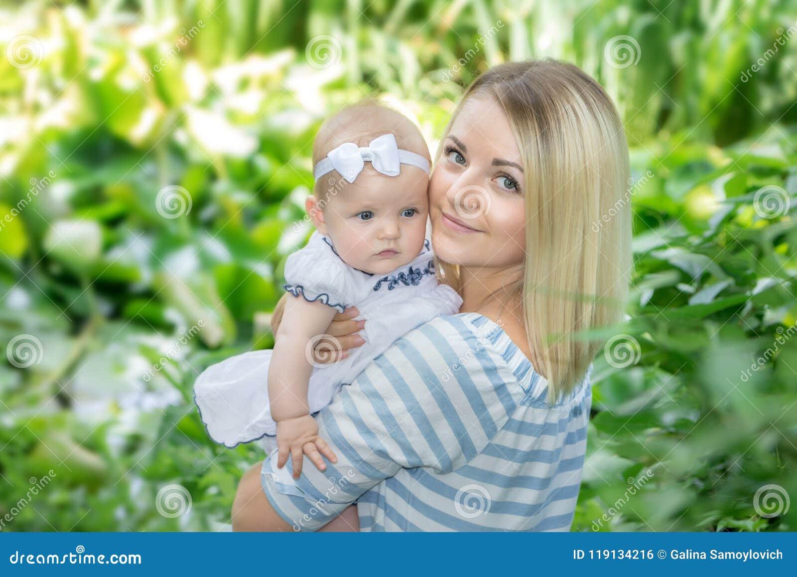 母亲拥抱她的女儿