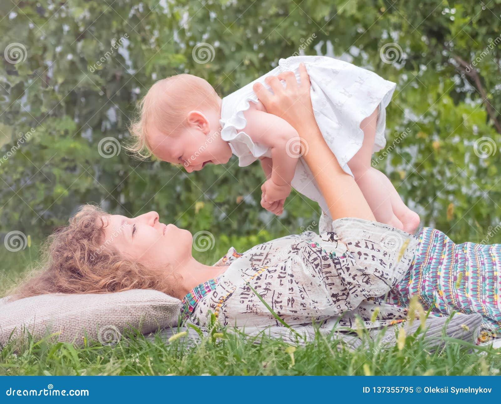 母亲的背景 有子项的母亲 产科概念 父母亲,自然想法 女婴与母亲的消费时间 妇女` s
