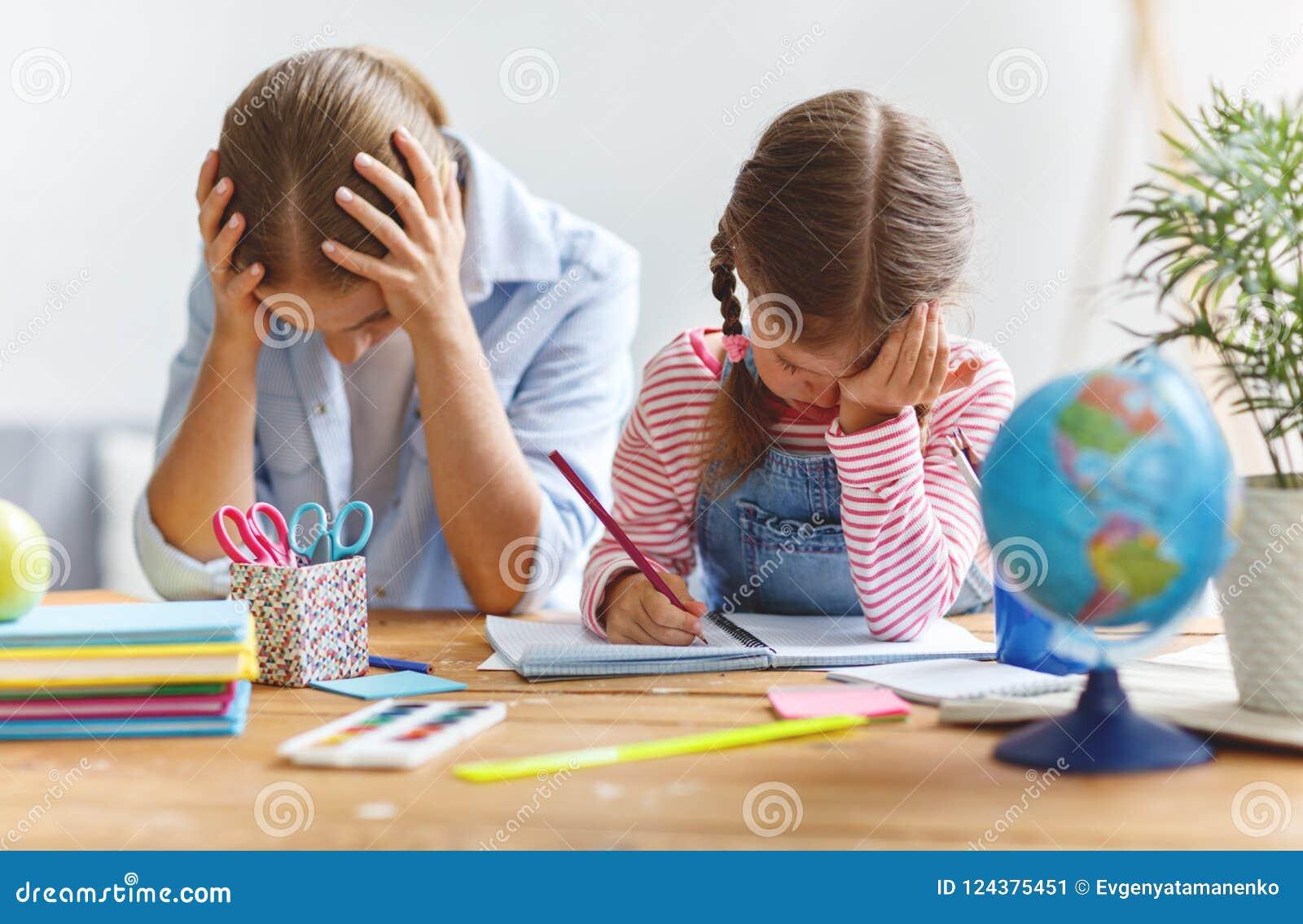 母亲责骂贫寒教育和家庭作业的一个孩子
