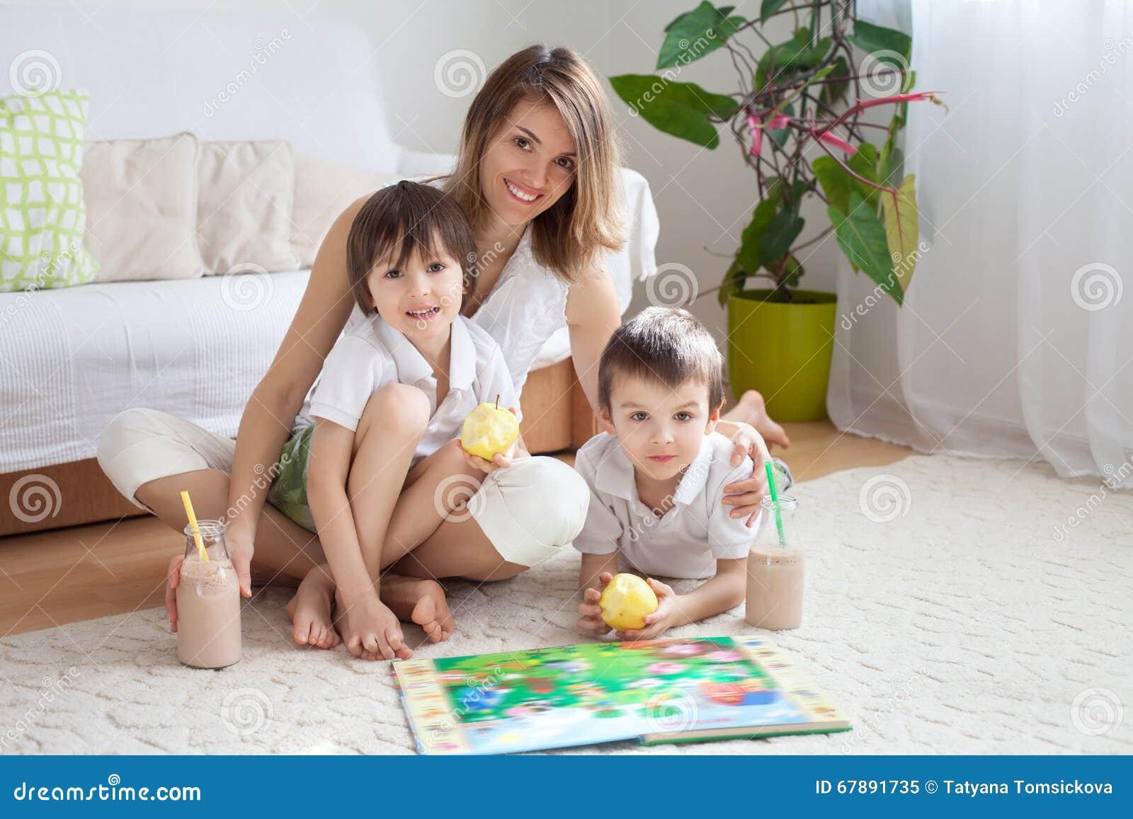 年轻母亲,读了一本书给她的tho孩子,男孩, livi的