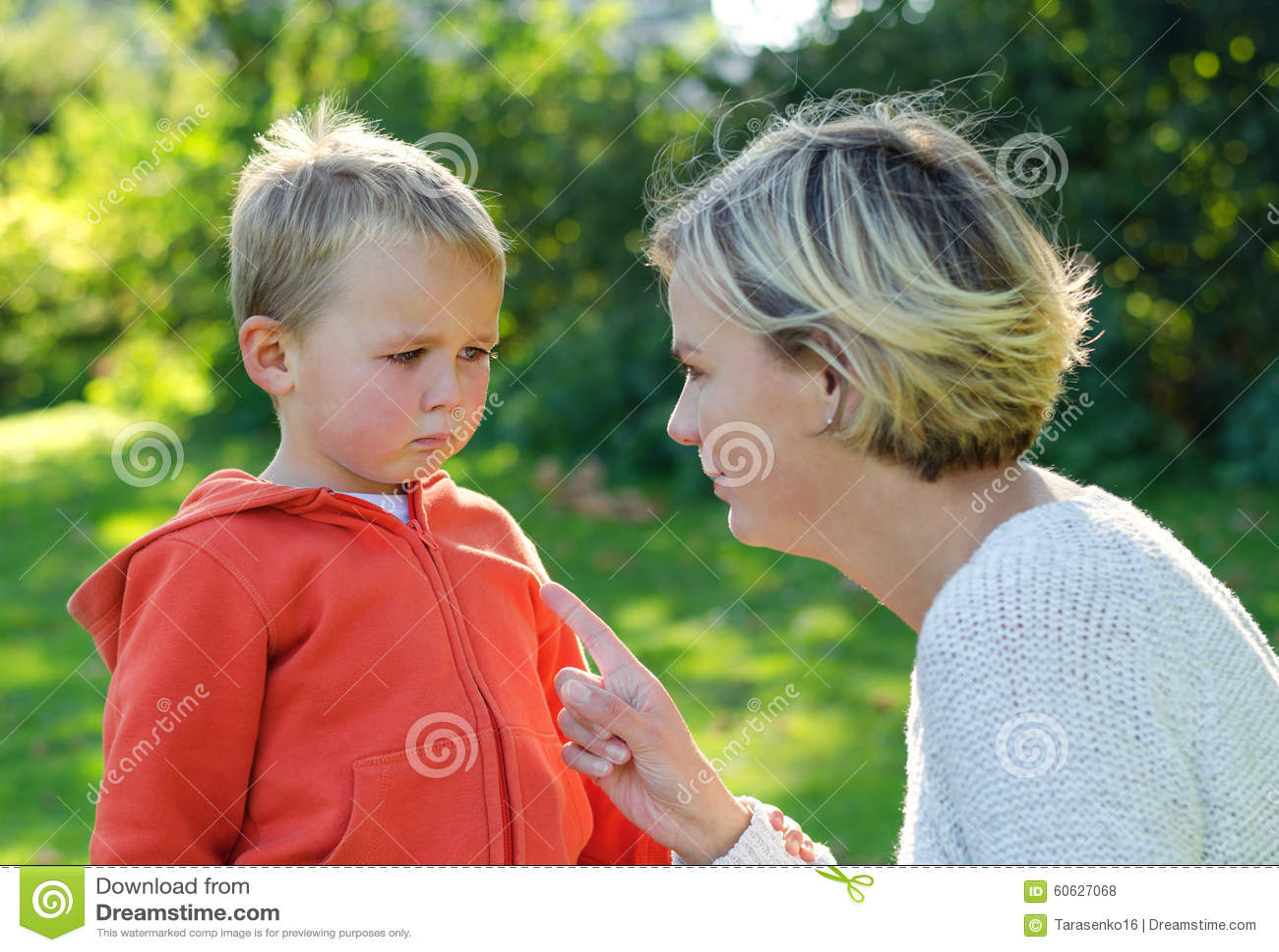 母亲责骂她儿子哭泣