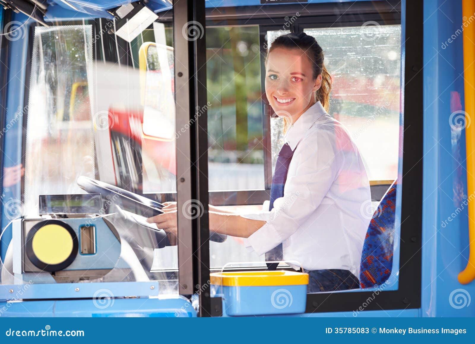 母公共汽车司机画象在轮子后的