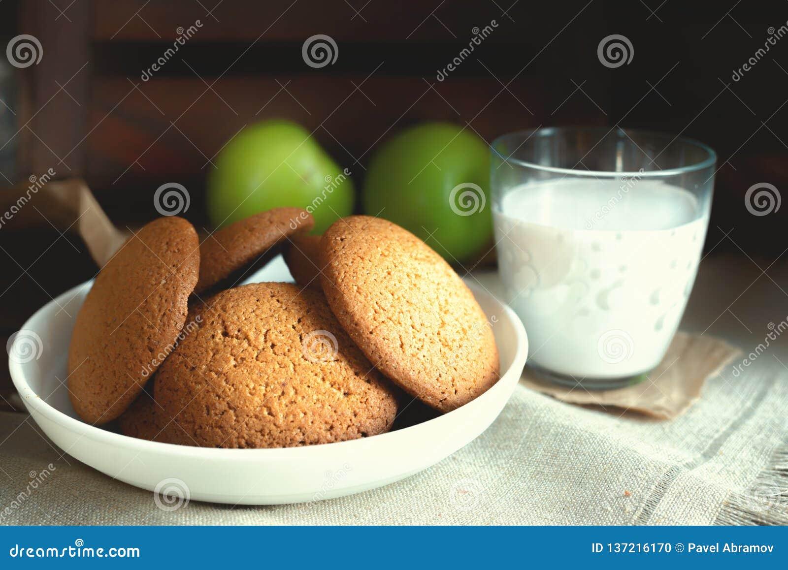 每日健康早餐自创麦甜饼,牛奶,在黑暗的背景的果子
