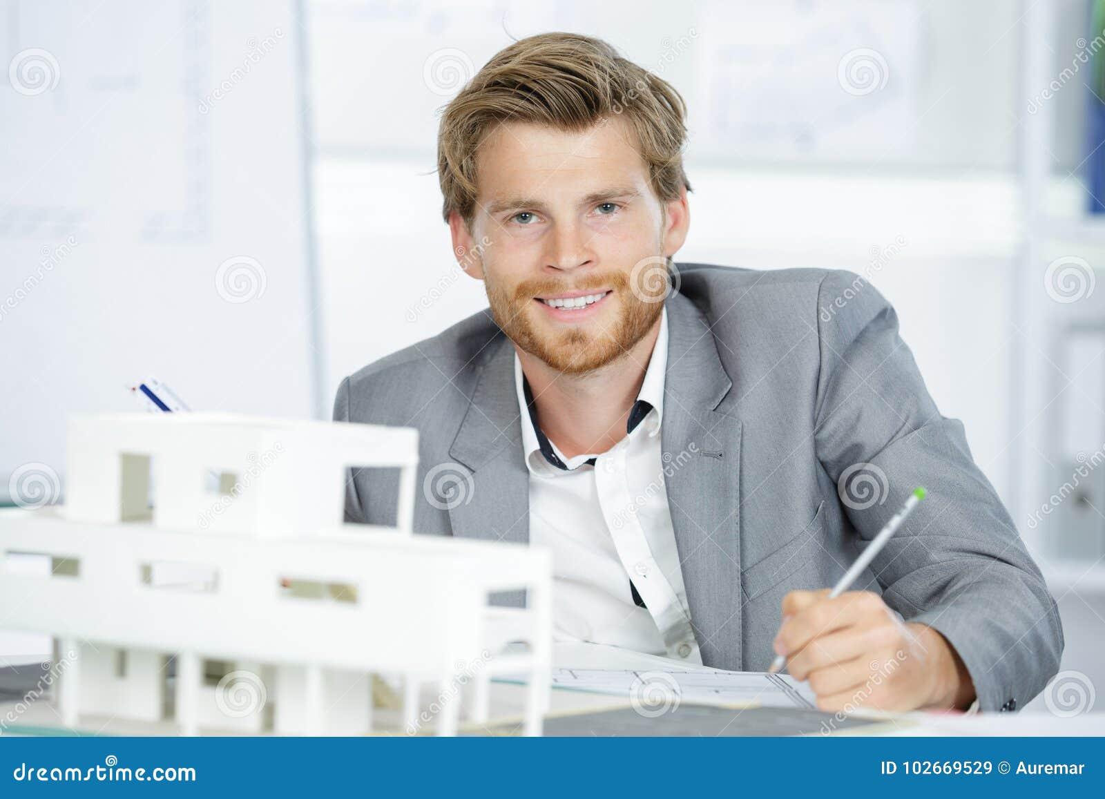 比例模型房子和愉快的建筑师
