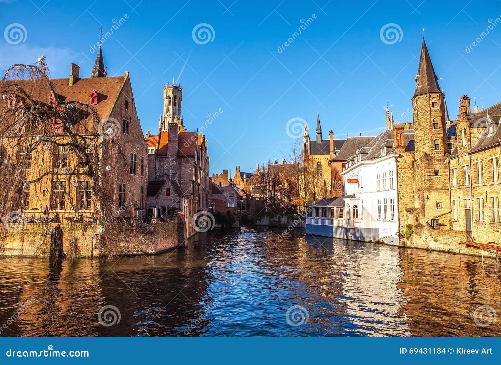 比利时布鲁日 与Rozenhoedkaai的图象在布鲁基, Dijver河运河和贝尔福& x28; Belfry& x29;塔