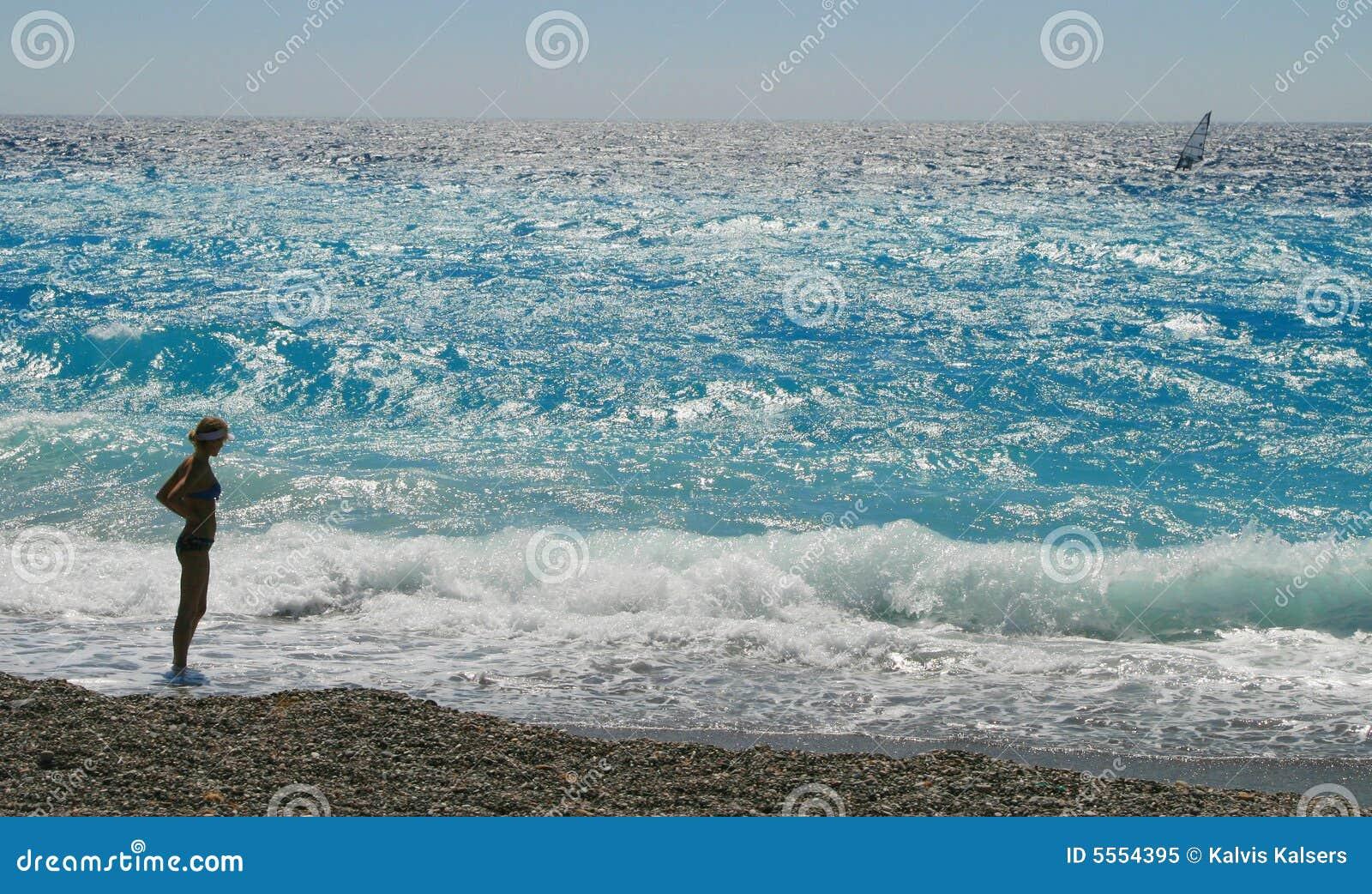 比基尼泳装女孩冲浪者