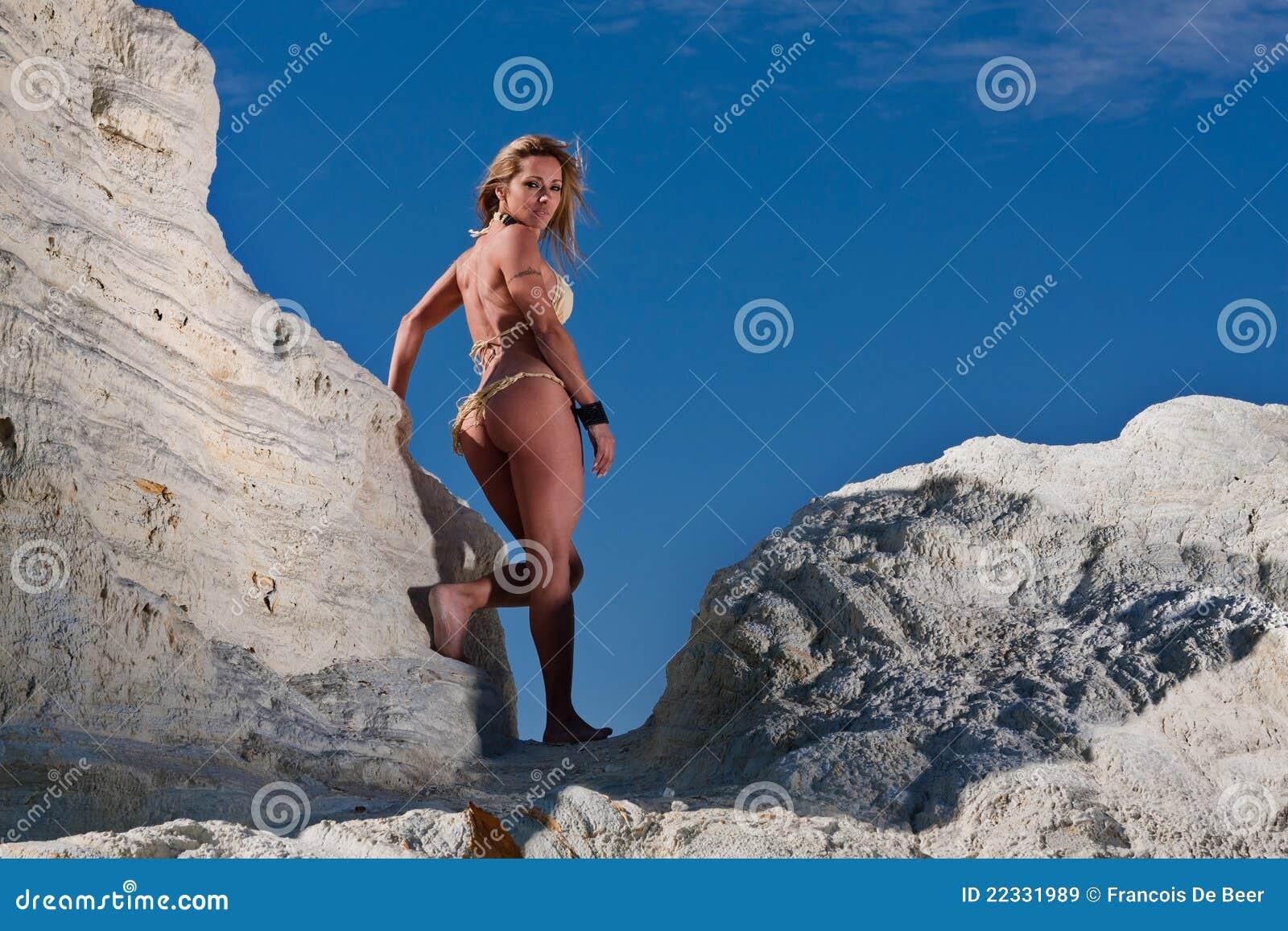 比基尼泳装白肤金发的性感的妇女