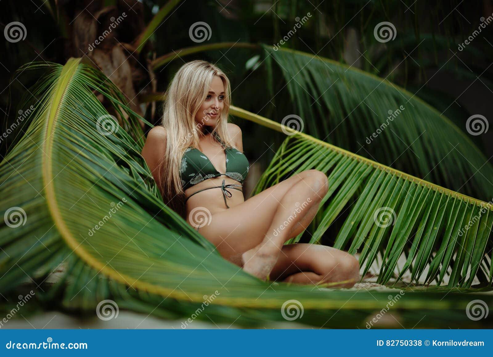 比基尼泳装的妇女