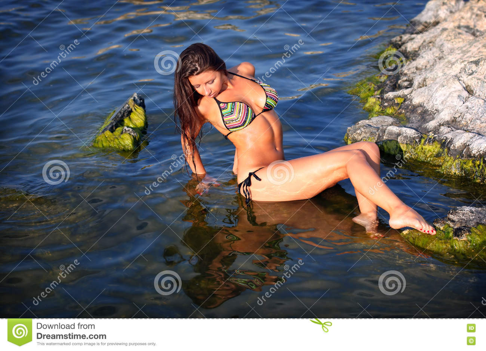 比基尼泳装的性感的女孩